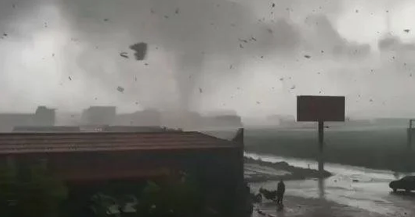 Một cơn lốc xoáy lớn quét 30 phút tại Hà Bắc
